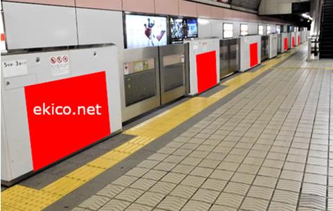大阪ドームへの乗換駅 心斎橋ホームドアシート広告